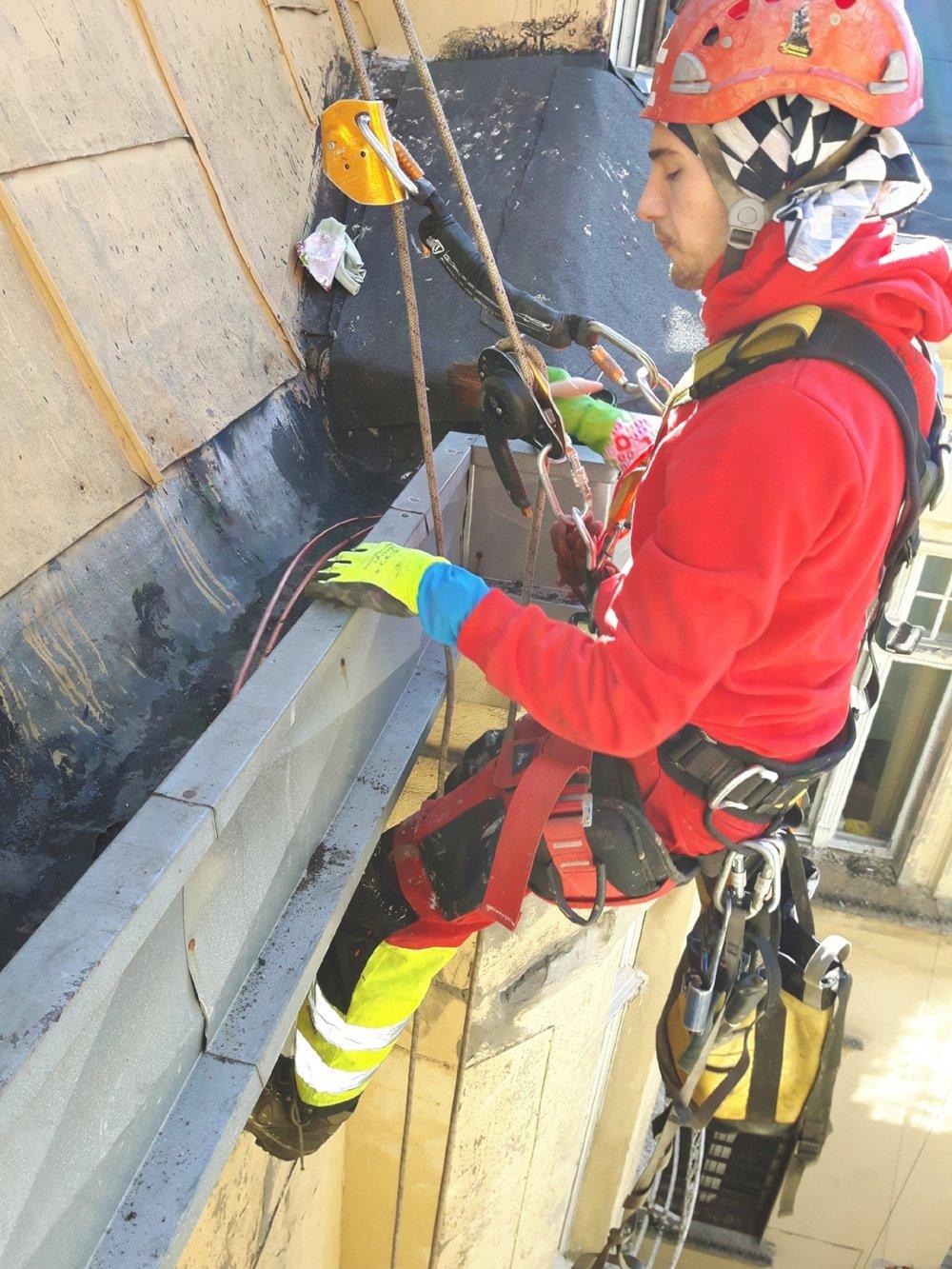 Dodatkowo przy uszczelnianiu elementów zniszczonych przetkaliśmy rury spustowe, które od lat domagały się takiej czynności. Prawdopodobnie to one były przyczyną powstających na elewacji zacieków wodnych. Brak bariery hydrofobowej może spowodować pęknięcia elewacji, odpażanie tynku a w najgorszym wypadku naruszenie konstrukcji nośnej budynku.