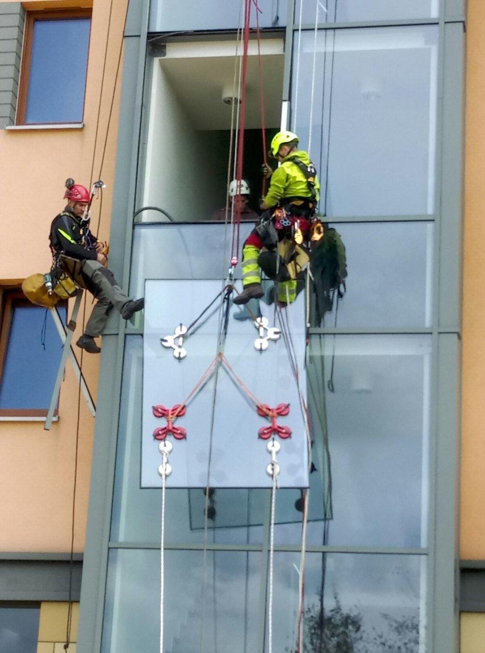alpiniści wymiana szyb
