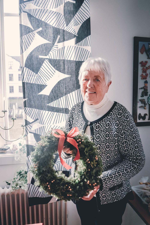 Sylva Ramström sålde vackra julkransar som hon själv tillverkat. FOTO: Johan Beijer, KUXAGRUPPEN AB