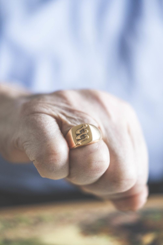 Frans fick denna ring av sin hustru Göta, föreställande de damm-skruvar han monterade i sitt yrkesliv.  FOTO: Mattias Färnstrand, KUXAGRUPPEN AB