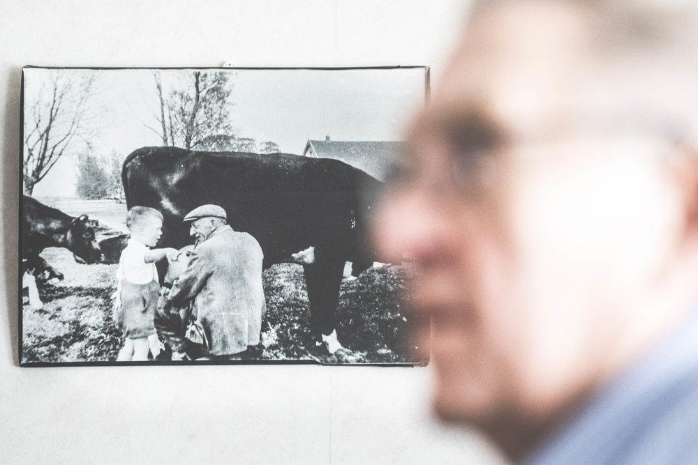 Frans är här 3 år gammal, pratar med grannen som var mjölkbonde.  FOTO: Mattias Färnstrand, KUXAGRUPPEN AB