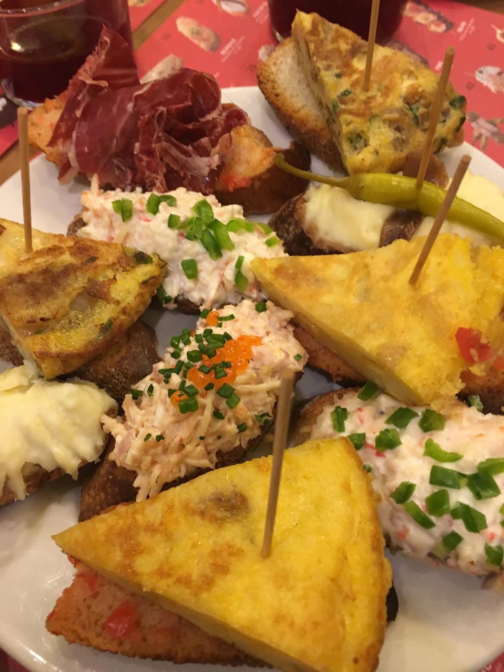 Todas las tapas: las potatas, el cangrejo, el jamon, la tortilla, etc.