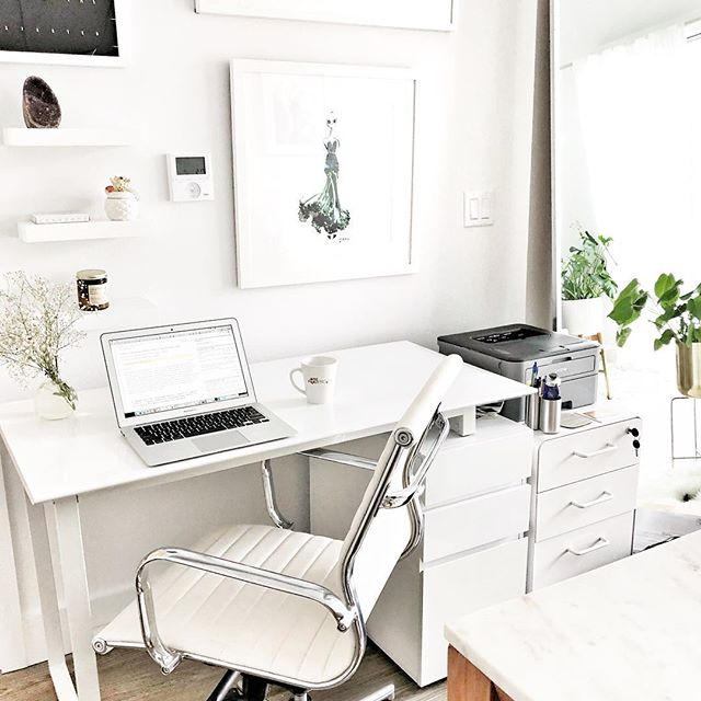 How many of you work from home👩🏻💻? I love my home office! But sometimes it can be hard to stay focused🙄. #realtalk I like using #functionalfoods that help me boost brain function 💡and get work done✔️! . . My favorite #adaptogens and #nootropics (brain function enhancing substances🙌🏼) are  maca and turmeric💛. Maca can help to reduce stress 🙏🏻and balance hormones (yay). Turmeric is a true superfood😍. Besides boosting brain power, it helps fight inflammation💪🏻. I always make sure to have it with some black pepper to increase absorption👌🏻. . . Try my favorite brain boosting smoothie🥛: 🍌1 small frozen banana 🍓½ cup mixed berries 🍃1 cup spinach 🍼½ cup almond milk 🥜1 tsp chia seeds ☝🏻1 tbsp maca 💛1 tsp turmeric 👌🏻pinch of black pepper ❄️½ cup ice cubes . . What are your favorite brain power boosters👇🏻? . . #brainfunction #brainhealth #focus #productivityhacks #turmeric #maca #smoothierecipe #powerbooster #smoothie #homeofficeideas