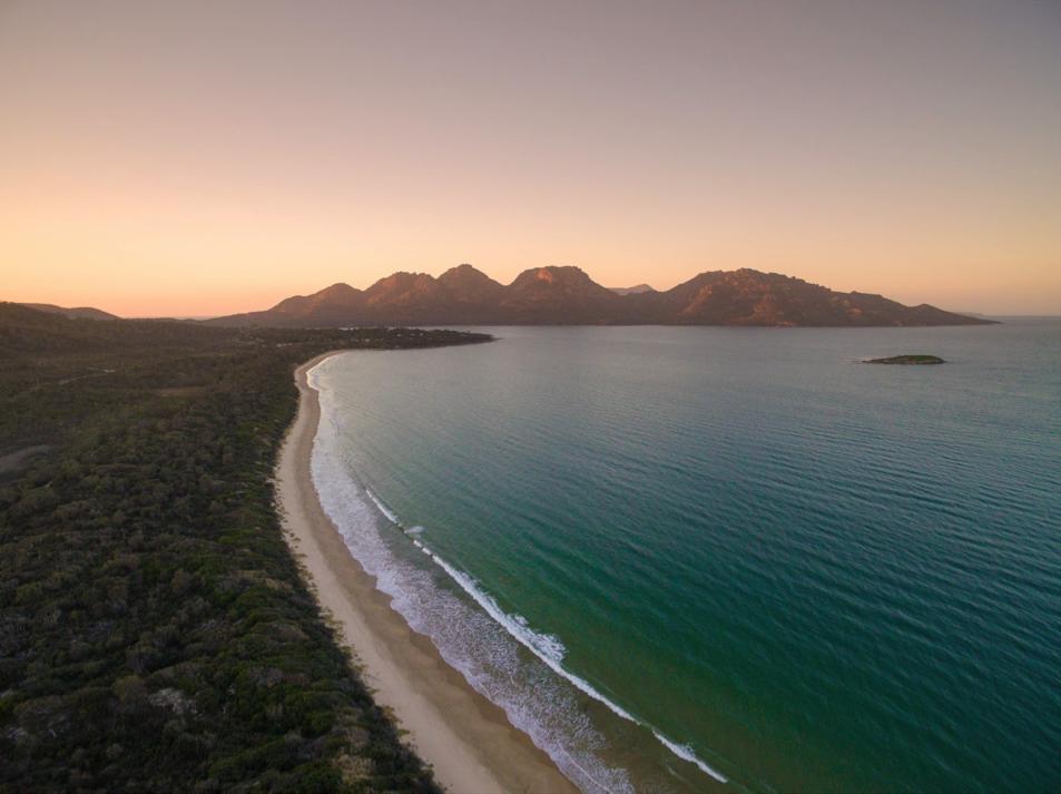 Wineglass Bay 相邻的是 Coles Bay,远处的Hazards静静地看着你们在数公里长的沙滩上恩(zhuang)爱(bi)。