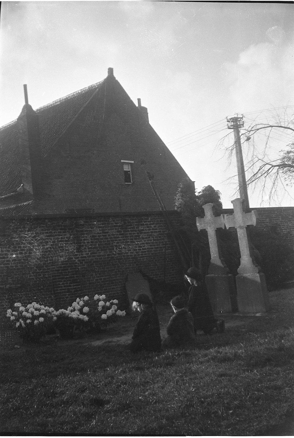 Mia, Lydia en Paul Schellekens aan het graf van hun moeder. Oktober 1942
