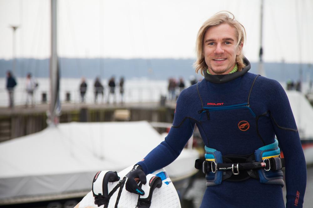 Valentin Böckler surft mit Delfinen