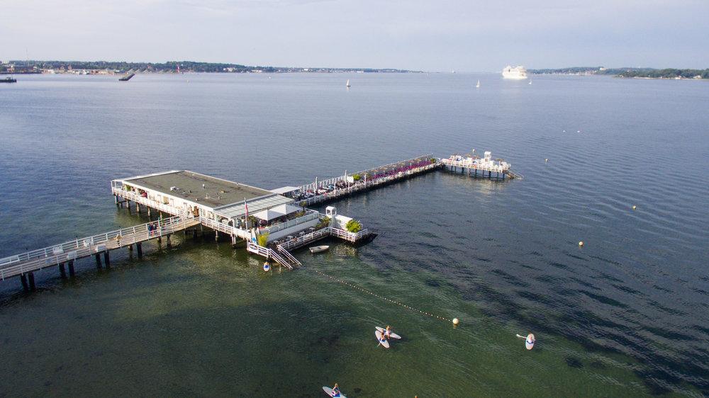 Vorne im Bild die Seebar Kiel - Seebad Duesternbrook,mit Color Line Fähre Kiel im Hintergrund. Das Foto wurde im rahmen eines Fotoshootings für ein Brautpaar in Kiel aufgenommen mit einer Phantom 3 Drohne von Fotograf Phil Schreyer 2016.