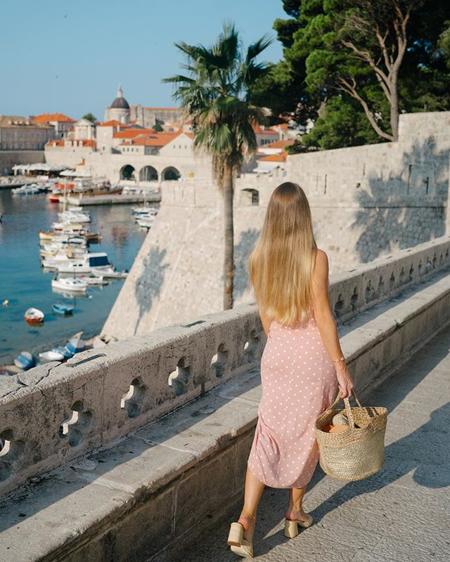 Finally posting Croatia photos! Surprisingly, I LOVED Dubrovnik!! I was so worried it would be touristy and had heard horror stories about the crowds in Old Town. We actually had no issues at all (even in August!) and the city is gorgeous! The number one trick to avoiding crowds in the Old Town is to skip days that the cruise ships dock. You can look up the schedule online and I have it linked on my blog. Have you been to Croatia?? If love to know what you thought.  #friyay #croatia #dubrovnik #croatiafulloflife #kingslanding #dametraveler #gltlove #darlingescapes #sheisnotlost #femmetravel #liketkit #internationalwomensday #polkadots #pink #styleblogger #houstonblogger #wanderlust #followmefaraway #thediscoverer