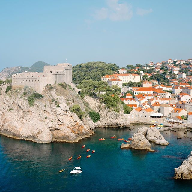 Just a few of the incredible views from the Dubrovnik City Walls 😍  There is no getting around it, you must go early or late to tour the walls. For the most part, you will be walking a single file line through the narrow, stone walls (swipe to the end) so you'll want avoid peak hours.  Don't worry too much though, there are areas where the walls open up and you'll be able to spread out to take photos or buy a refreshment like fresh watermelon juice 🍉😋. There are also a few exit points in case you decide not to walk all the  way around the city, but the views are definitely worth the steps!  For more information about visiting Dubrovnik, go to www.neversettletravel.com  #croatiafulloflife #croatia #oldtown #kingslanding #got #dubrovnikcroatia #beautifuldestinations #prettylittletrips #bestvacations #traveltips #travelgram #agameof5k #houstonblogger #thediscoverer #travelaway #flashesofdelight #agameoftones #springbreak #shetravels #wanderlust #friyay #weekendvibes #ladiesgoneglobal