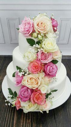 7d1b1304f0cec0bf6897e64d05528f74--real-flowers-wedding-cake.jpg