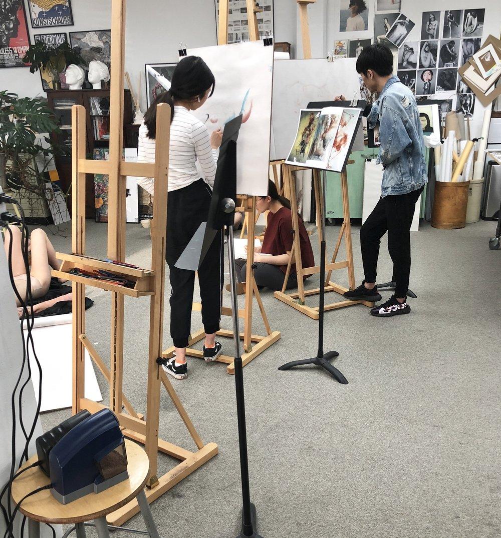 学员沉浸于每周的人体素描课