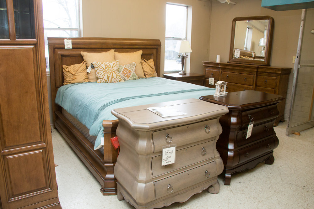Universal's PENNSYLVANIA HOUSE COLLECTION. The two bachelor chests at the foot of bed show the other colors the suite comes in.