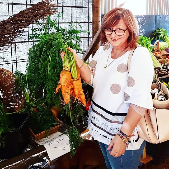 That's not a carrot...THIS is a carrot 🥕🥕🥕👍👍👍 Mum and I buying wholesome vege and getting amongst the sunflowers at @farm.and.co last weekend 😊😊