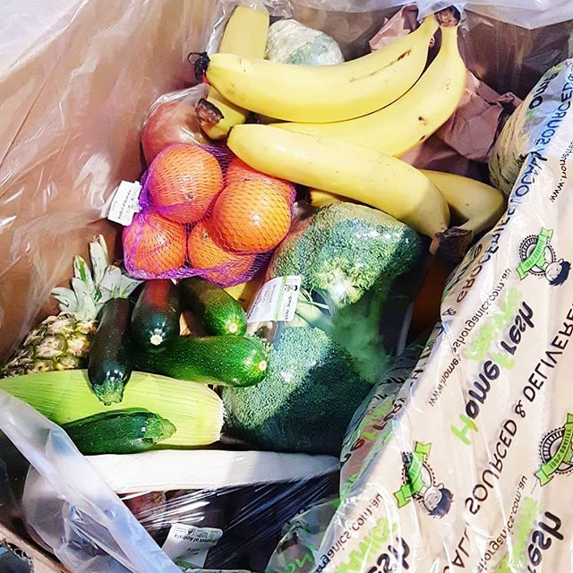 🍅🌽🥕Who said eating well costs too much ?! We love our @homefreshorganics organic fruit and vege box delivery. We get the large for $70 which is choc-a-bloc with excellent quality, seasonal, organic  produce. This typically lasts us (2 adults) 2 weeks with the occasional top-ups in between. 🥒🍅🌽🥕🌶🥑🥝🍎 Having an abundance of fresh produce in your fridge forces you to eat well and brings out your creative side (especially because I hate food wastage)!