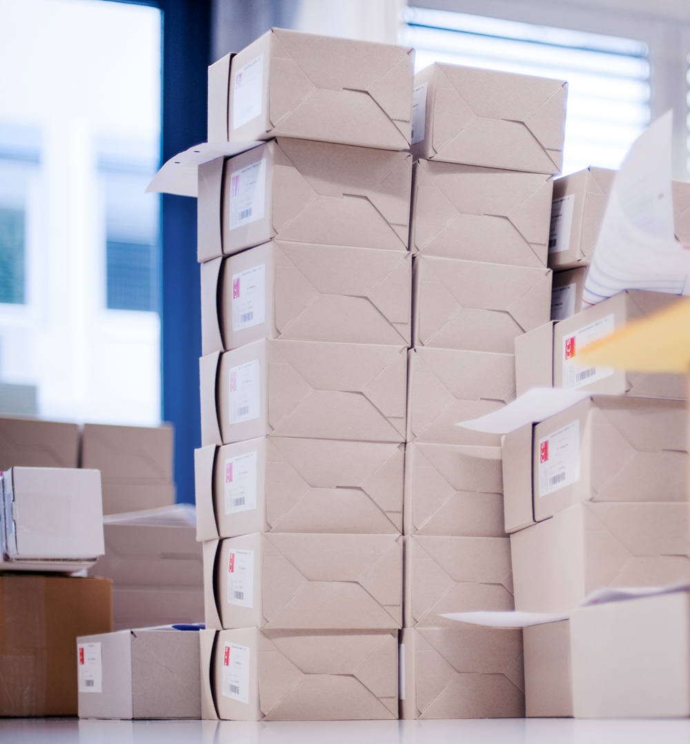 """Kein Fremdwort für CCS - """"Kanban ist eine akzeptierte Methode der Produktionsablaufsteuerung nach dem Pull-Prinzip und orientiert sich am (Tages-)Bedarf einer verbrauchenden Stelle im Fertigungsablauf.""""(sinngemäß lt. Wikipedia). Das heißt, der Lieferant muss die vom Kunden vorgegebenen Warenmengen """"on demand""""produzieren und üblicherweise an die Produktionslinie liefern.Die Anforderung des Kunden Endress+Hauser ist ein Behälter-Kanban mit dazu gehörendem Kanban-Kartensystem und bezieht sich auf die Produktion und Lieferung von Dokumentationen, die der Ware beigestellt werden müssen, ohne den Produktionsablauf zu verzögern.CCS hat im Vorlauf zur Kanbanmethode konsequent alle Abläufe im eigenen Produktionsprozess analysiert und optimiert.Erster Schritt war 2008 die (Eigen-)Entwicklung eines begleitenden Workflow-Instruments, der CCS Jobcare Application, die eine schlanke und transparente Produktion ermöglicht.Als nächster Schritt wurde in 2009 eine B2B/LDA-Schnittstelle entwickelt und für den Kunden Endress+Hauser seither erfolgreich eingesetzt.Parallel erhöhte CCS die Fertigungskapazitäten, z.B. durch das Xerox Nuvera Perfect Production System.Zur Erweiterung der bestehenden B2B-Schnittstelle um die Kanbanfunktionalitäten gehörten nicht nur ein ausgiebiger Testbetrieb, sondern auch weitere Maßnahmen in der Qualitätssicherung und die Schulung der Mitarbeiter.Seit 26. April 2010 werden sukzessive Dokumentationen in den Kanbanprozess aufgenommen und im 22-Stunden-Takt an den Kunden Endress+Hauser ausgeliefert. Die geschaffenen Kapazitäten und ein externes Sicherheitslager stellen die Termintreue von CCS sicher.Der Betrieb des Kanbanprozesses läuft fehlerfrei, der Aufbau des Systems in Kooperation mit Zwernemann Medienentwicklung ist erfolgreich."""