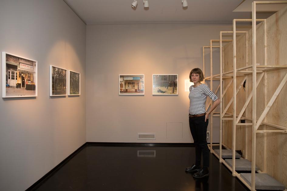 Tamara Stoll next to her work at GRASSI Museum für Völkerkunde / 2016 / Copyright Sandra Neuhaus