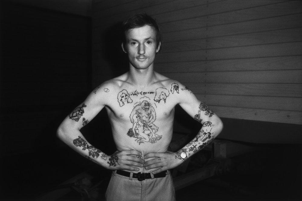 Erasmus Schröter, Infrarotfotografie: Tätowierter Junger Mann, Leipzig 1981