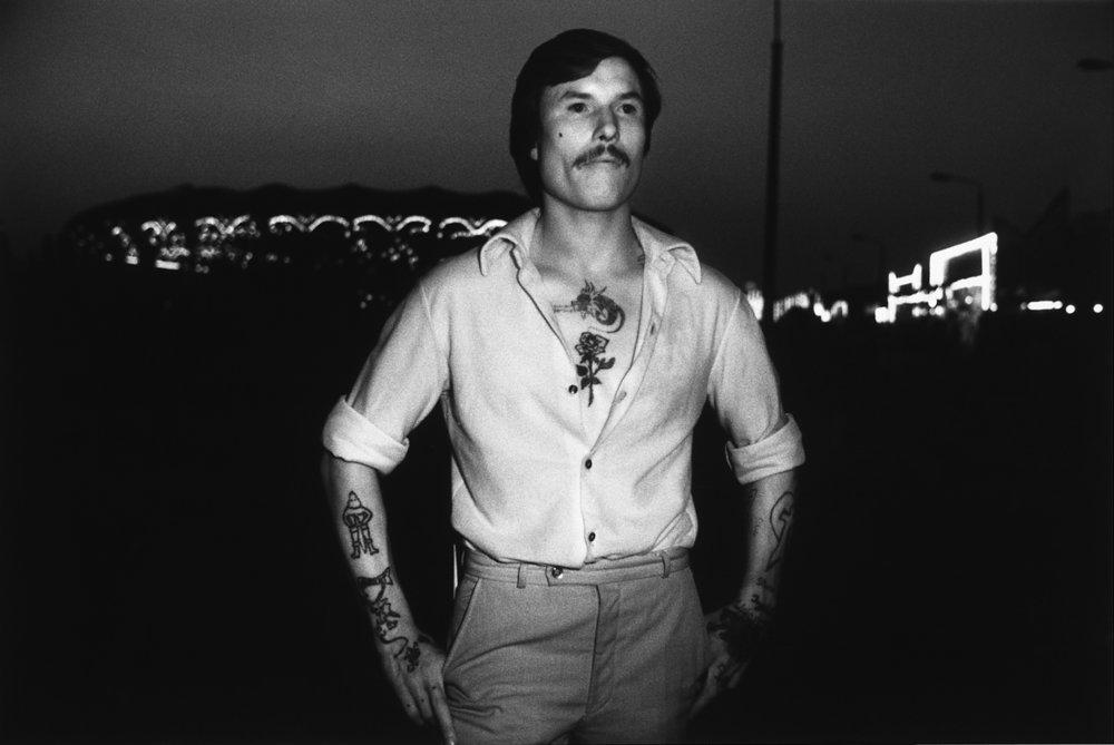 Erasmus Schröter, Infrarotfotografie: Tätowierter vor Karussells, Leipzig 1980