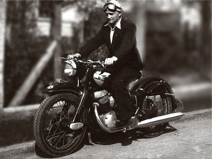 Call us nostalgic but it is fun to ride a simple moto once in a while. Toni Spurzem in 1956 source Wikicommons