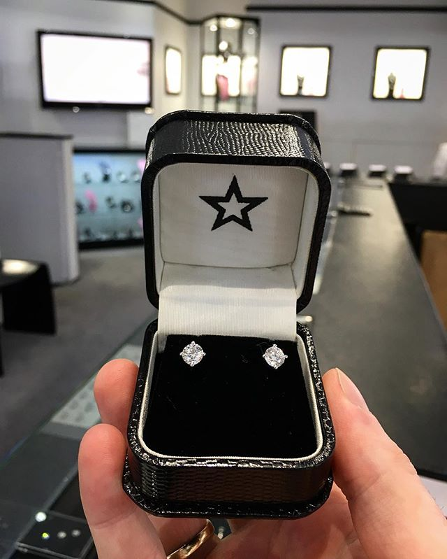 Not long until Valentine's Day! Don't worry, we've got you covered! 1.40ct Diamond Earrings never go a miss😉 • • • • #diamonds #diamondearrings #earstuds #valentinesday #valentinesgift #diamondsareagirlsbestfriend #star #starjewellers #jewellery #inspiration #giftsforher #giftideas #gold #whitegold #fashion
