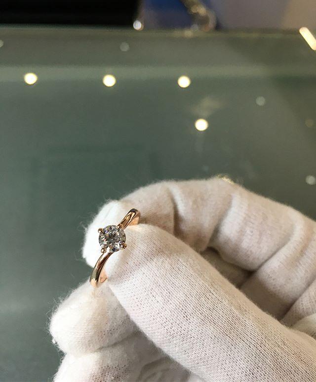Looking good in Rose 💎🌹 • • • • •  #rosegold #trend #fashion #diamonds #diamondring #rose #beautiful #star #jewellers #jewellery #womensstyle #bridal #shesaidyes #giftsforher #inspiration #jewels #gold #ring #diamondsareagirlsbestfriend #diamondsareforever #style #fiance