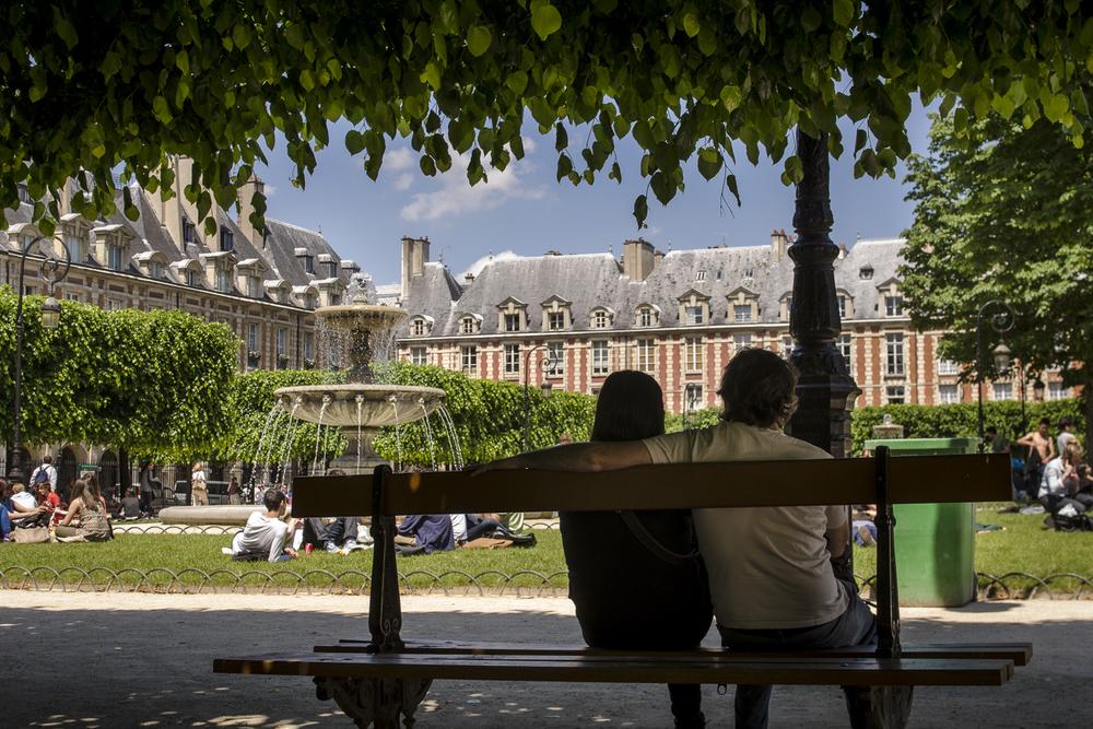 Place des Vosges - Photography : Alexander J.E. Bradley - Nikon D7000 -Nikkor 20-70mm f/2.8 @ 24mm - F/7.1 - 1/200 - ISO:100