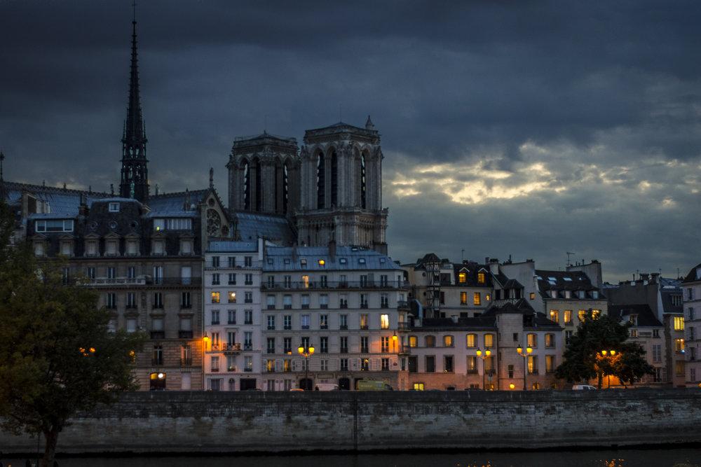 Pont Louis-Philippe  PHOTOGRAPHY : ALEXANDER J.E. BRADLEY •Nikon D7000 • AF-S NIKKOR 50mm f/1.8G • F/1.8 • 1/50 •ISO 400