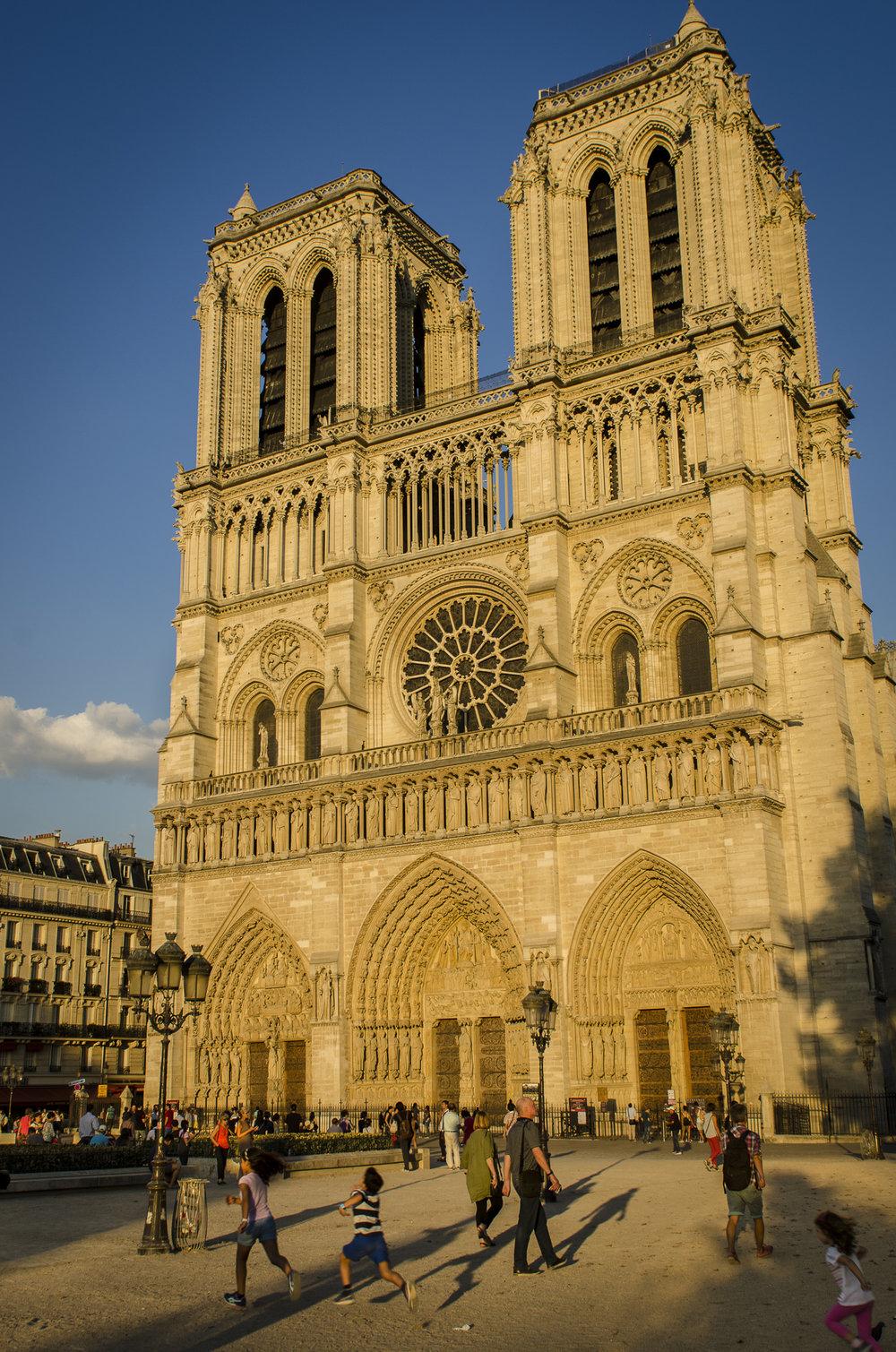 Parvis Notre Dame - Place Jean-Paul II  PHOTOGRAPHY : ALEXANDER J.E. BRADLEY •Nikon D7000 • AF-S NIKKOR 24-70mm F/2.8G ED •24MM • F/8 •1/125 •ISO 100