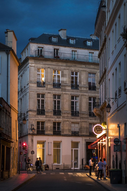 Marais - Paris  PHOTOGRAPHY: ALEXANDER J.E. BRADLEY •NIKON D500 • AF-S NIKKOR 24-70 ƒ/2.8G ED @ 56MM • ƒ/2.8 • 1/25 •ISO 500