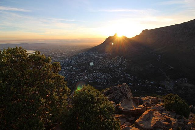 Annnnd we're back - sunrise over table mountain in Cape Town - new video - link in bio 🔗 - more coming soon ✌️ . . . . . . . #capetown #lionshead #sunrise #lionsheadsunrise #capetownsunrise #sunrisehike #morninghike #travel #capetownadventure #explore #adventure #youtube #capetownsouthafrica #southafricanskies #southafricatravel #capetownlife #wanderlust @canonuk @youtube
