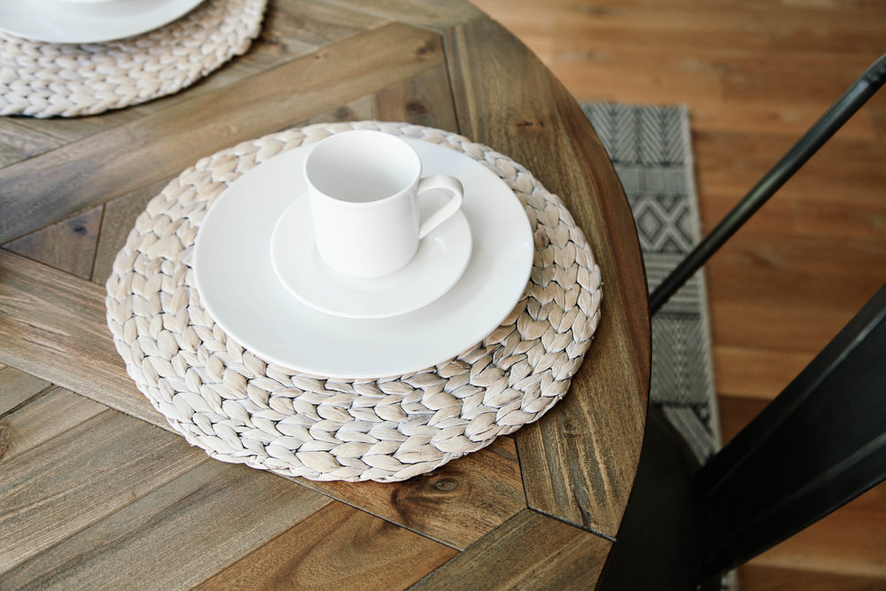Straw, porcelain, wood, metal.. The perfect contrast of rough and soft used here.