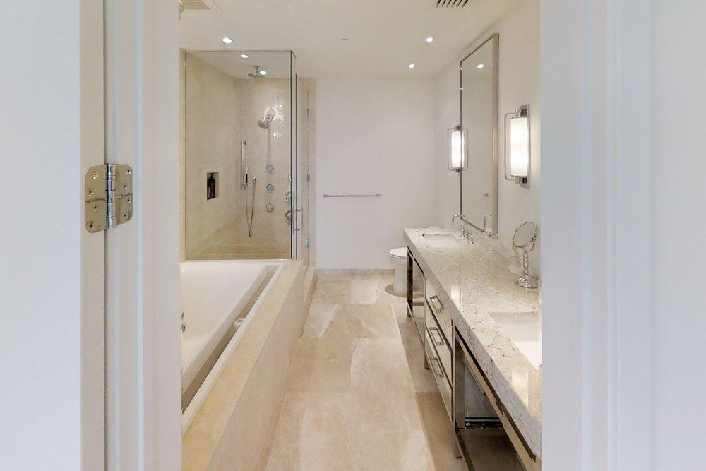 3uMLcP9USW8 - Bathroom.jpg