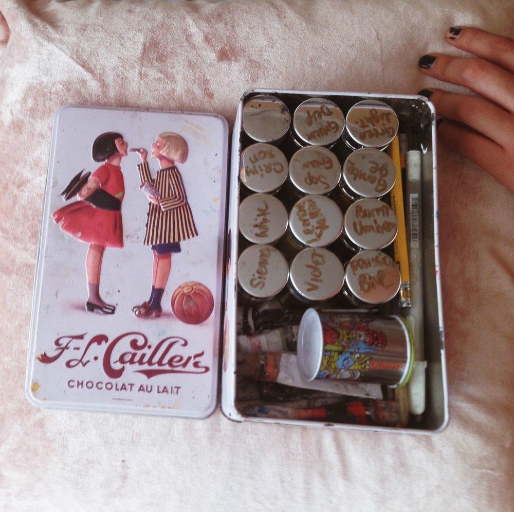 Traje las pinturas selladas en una caja de lata que era de chocolates :9.