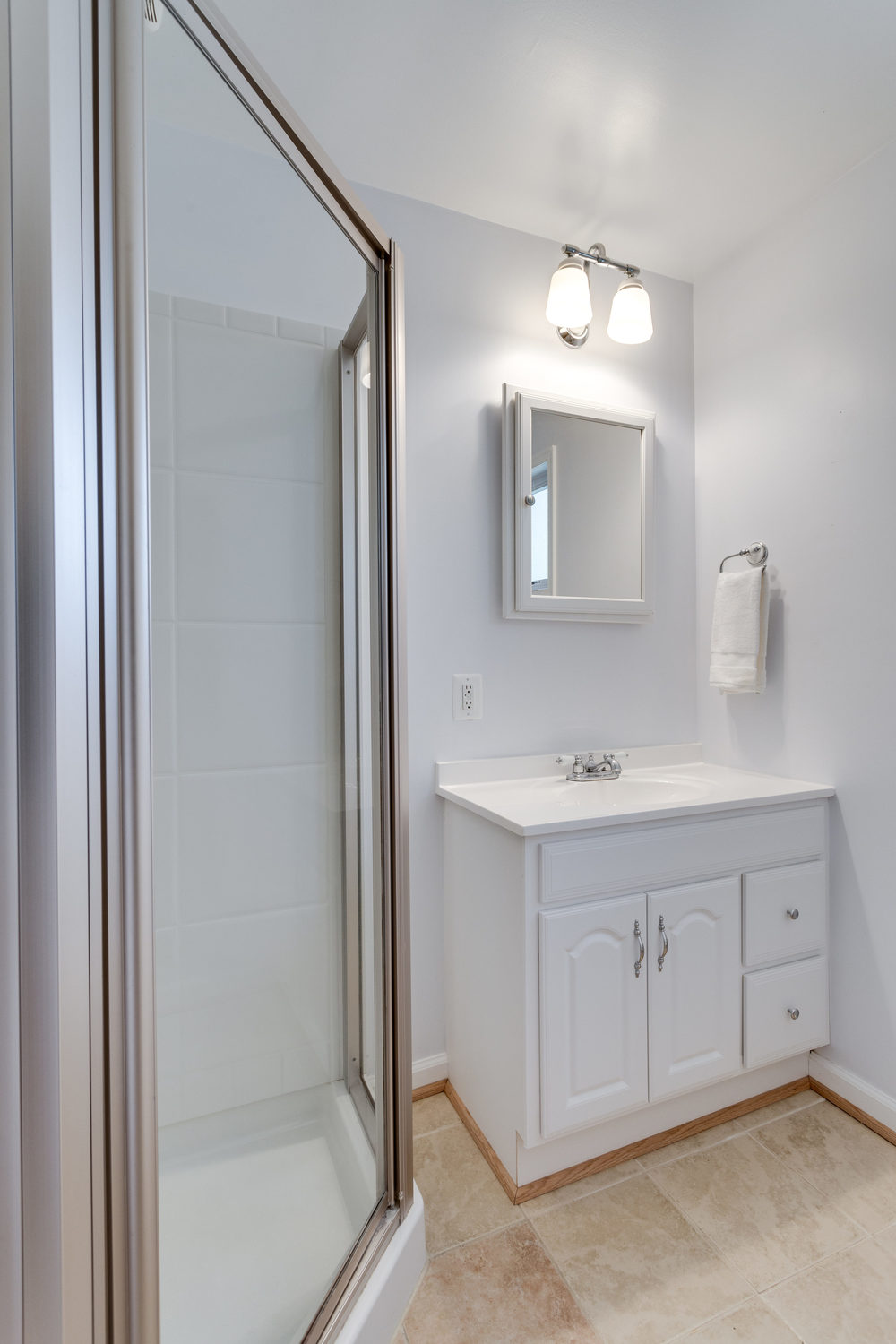 7243 Deborah Dr Falls Church-print-039-7-Bathroom-2800x4200-300dpi.jpg