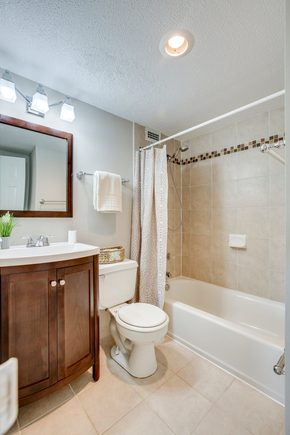 2030 N Adams St 1002 Arlington-print-033-71-Bathroom-2800x4200-300dpi.jpg