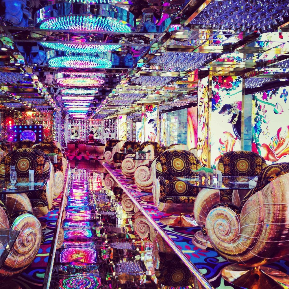 Robot-Restaurant-Lounge-Japan.jpg