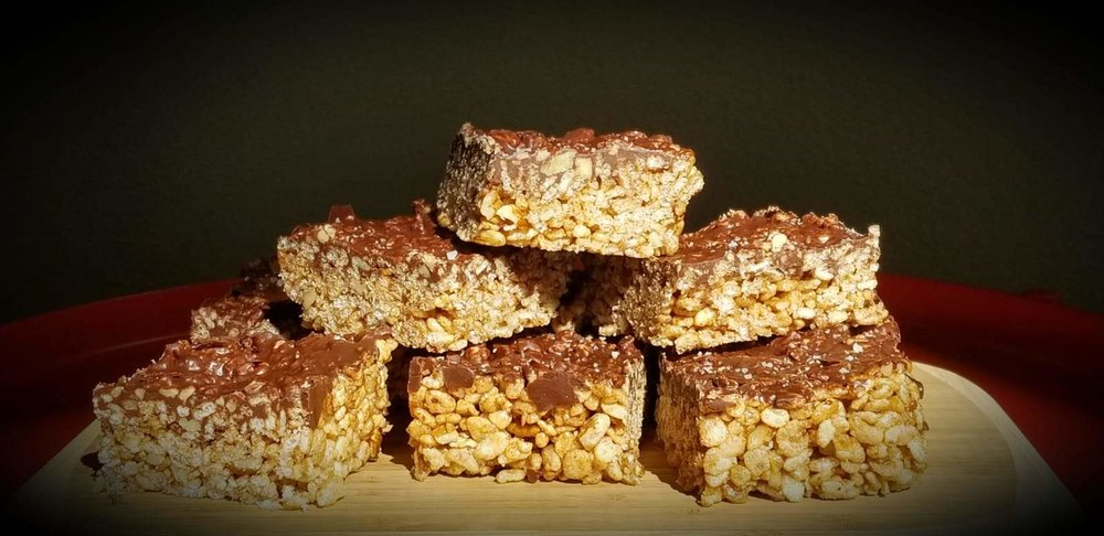 Chocolate rice crispy treats are perfect for a quick and delicious snack! Recipe adapted    @flora_and_vino