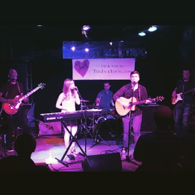 Big thanks to everyone who came out to our set last night, it was an awesome crowd at an awesome venue. We had a blast, hope you did too! #newyork #livemusic #heartstrings #folk #tellyourfriends