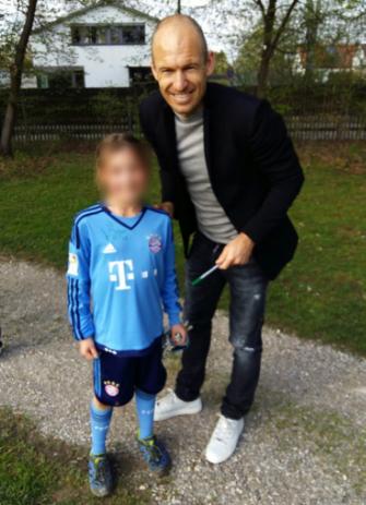 Arjen Robben hatte Zeit für ein schnelles Autogramm da er an der EM nicht teilnimmt ;)
