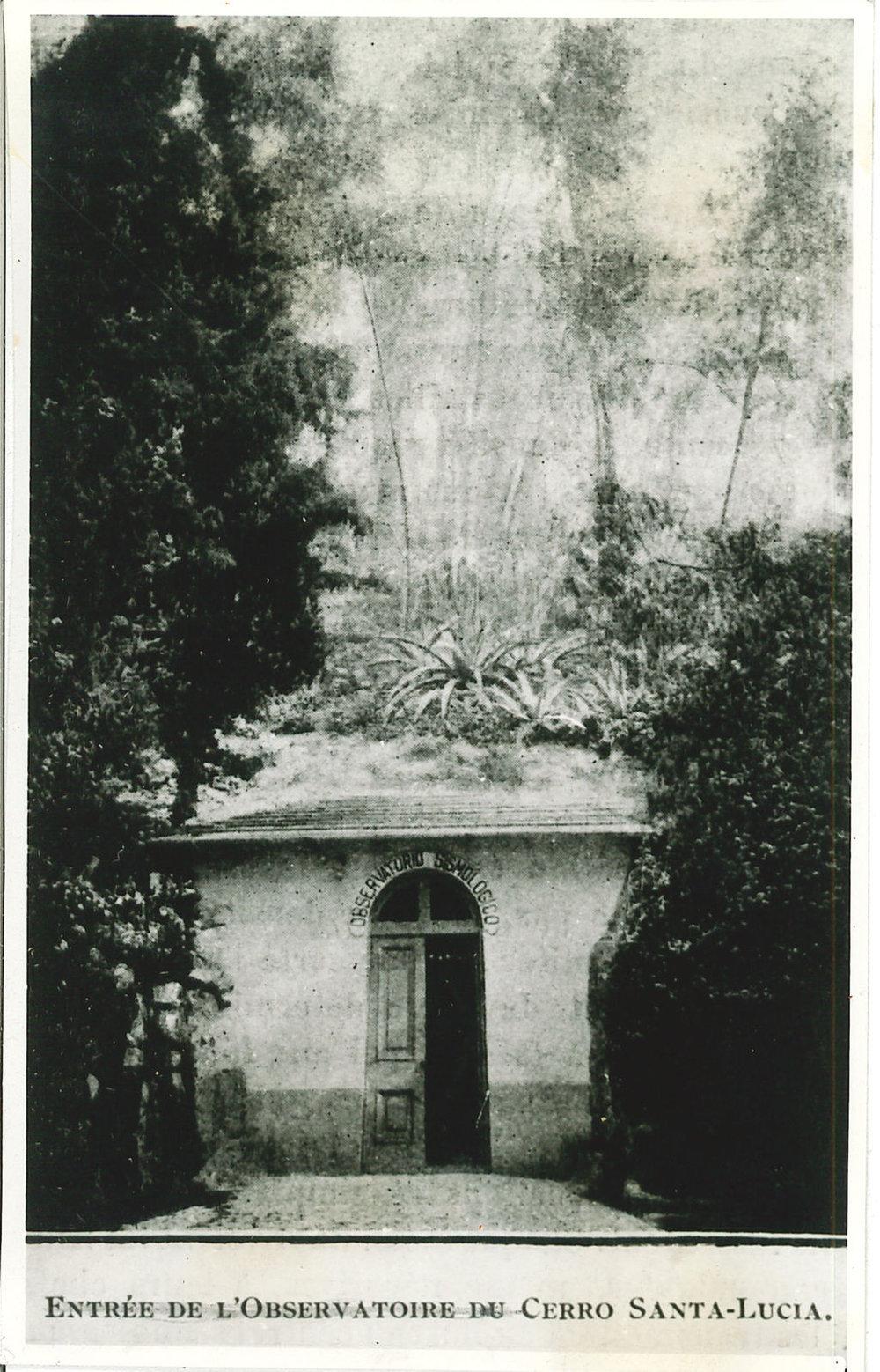Observatorio sismológico [fotografía] - entrée de l`Observatoire du Cerro Santa-Lucía..jpg