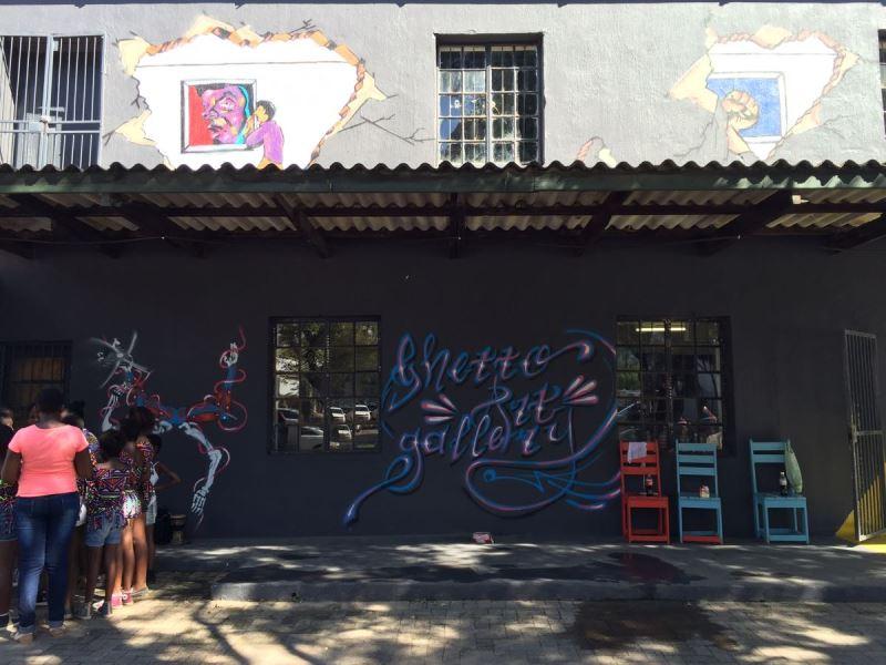 Ghetto Art Gallery, met graffiti deur Zola Tsotetsi.