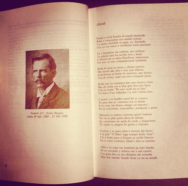 Publicacion local di un potret di Fechi Beaujon hunto cu su poesia 'Atardi'. Fuente: Antologia,Cosecha Arubiano, 1983, Departamento Arubiana/Caribiana di Biblioteca Nacional Aruba.