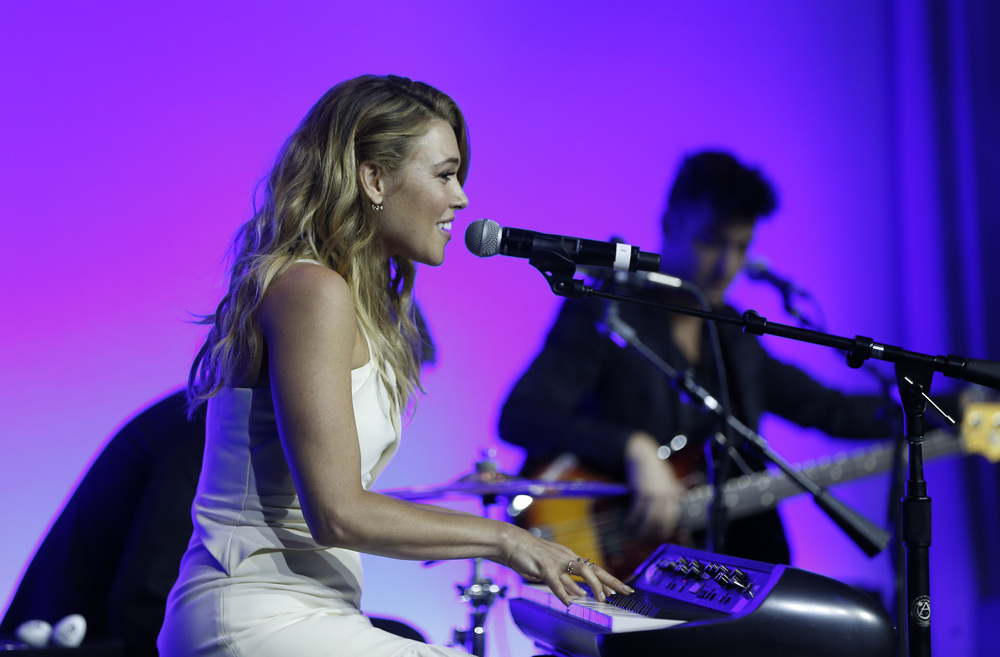 Rachel Platten performs at the 2016 UNICEF Children's Champion Award Dinner.  ©Scott Eisen/Getty Images for UNICEF