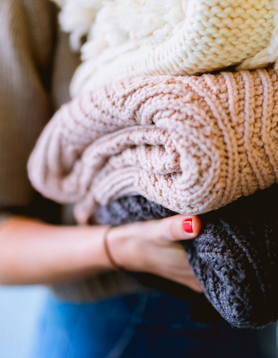 Créer ma garde-robe capsule - Pour créer votre garde-robe capsule sur Clothe To Me, vous allez dans un premier temps mettre de côté les vêtements que vous n'utilisez pas en cette saison, pour les conserver dans des bacs et les ressortir ou trier plus tard.