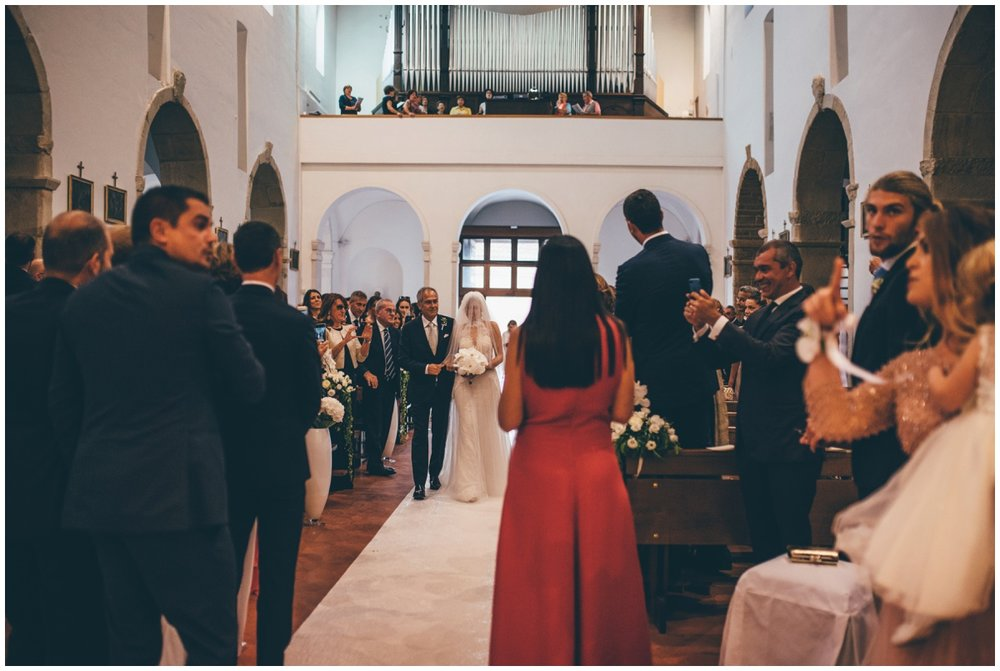 Beautifull bride walks down the aisle at her Italian destination wedding.