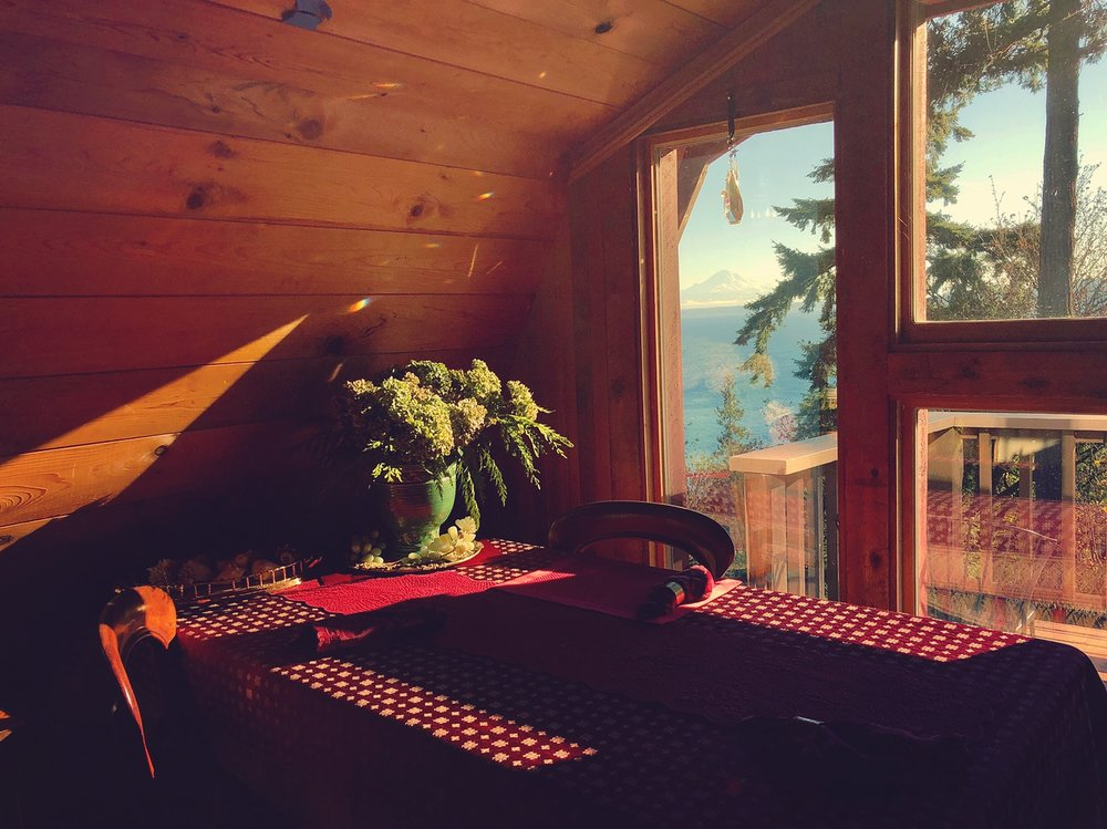 You can even see Mount Rainier (right below the dangling crystal) from the loft's dining room table ...