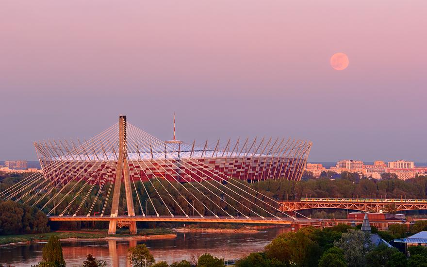 Ksiezyc nad  Stadionem Narodowym w  Warszawie