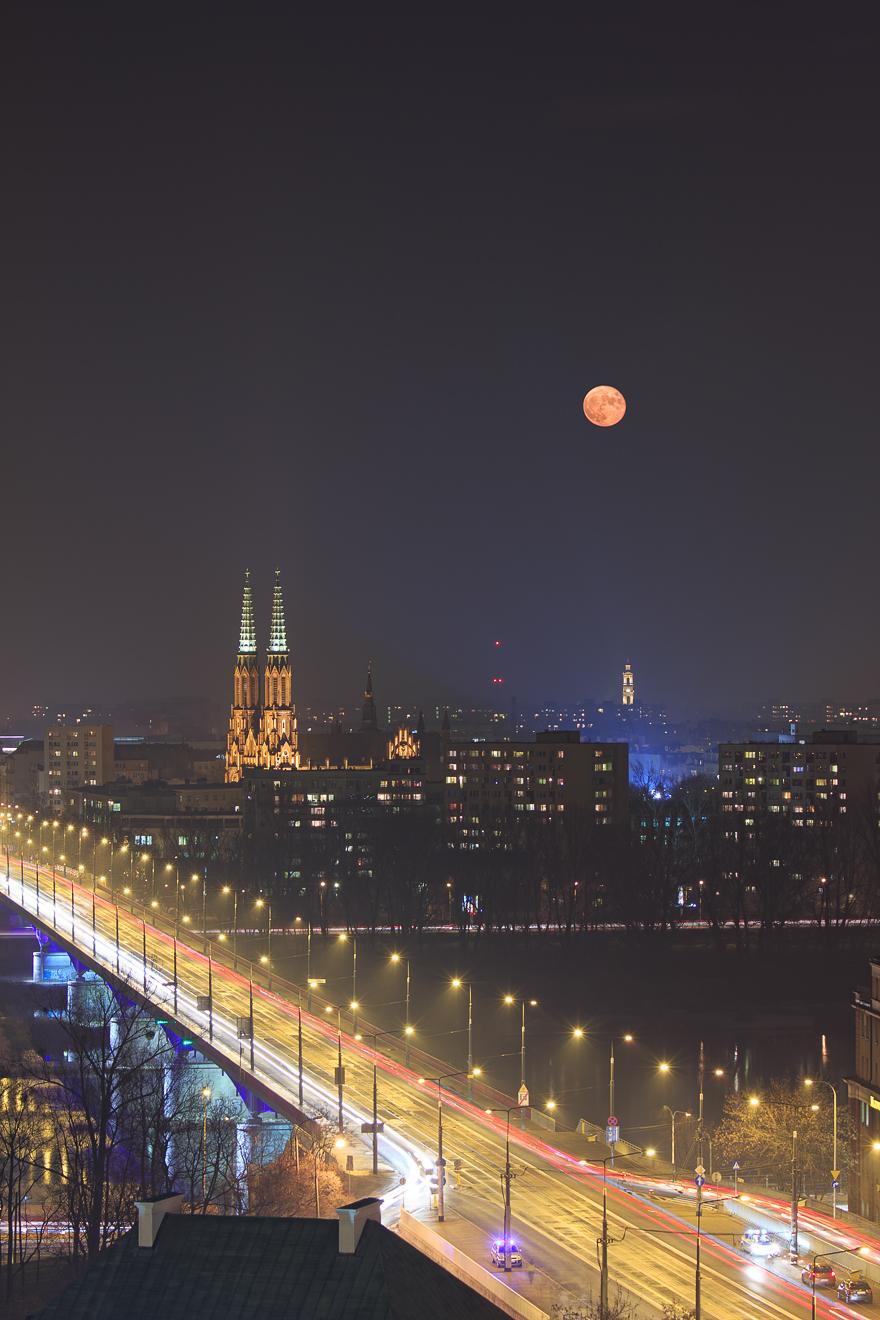 Wschód księżyca nad katedra świetego floriana w warszawie