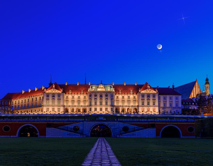 zdjecie ksiezyca nad zamkiem  krolewskim w warszawie
