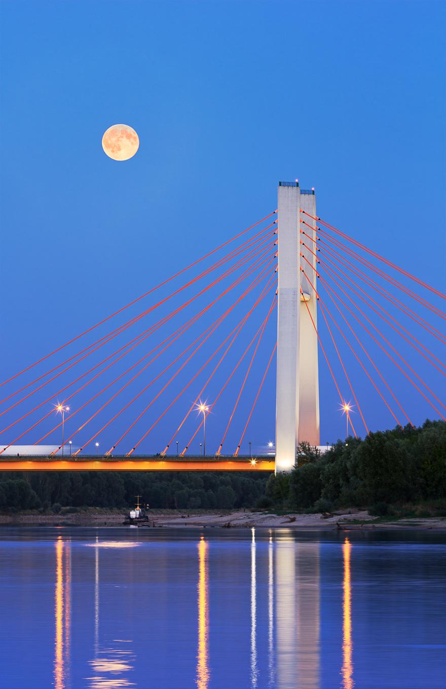zdjecie ksiezyca nad mostem siekierkowskim w warszawie